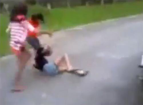 คลิปว่อน 2 สาว รุมทำร้ายเพื่อนหญิง-บังคับกราบเท้า คาดปมแย่งผู้ชาย