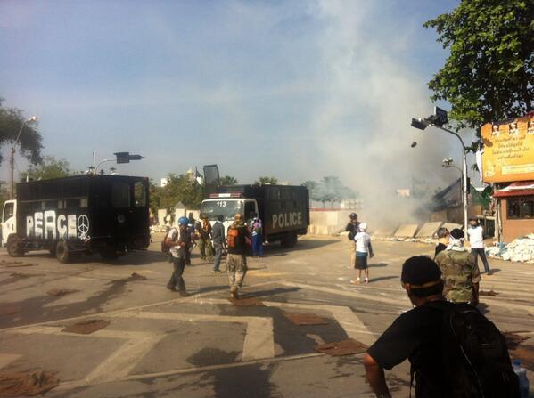 ตร. ยิงแก๊สน้ำตา 3 ลูก ที่สะพานชมัยมรุเชฐ ลั่นใครฝ่าแนวกั้นจับทุกคน
