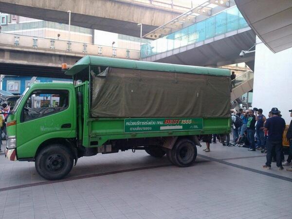 แชร์สนั่น ภาพรถสังกัด กทม. ขนรั้วให้ผู้ชุมนุม กปปส. ใช้ปิดถนน